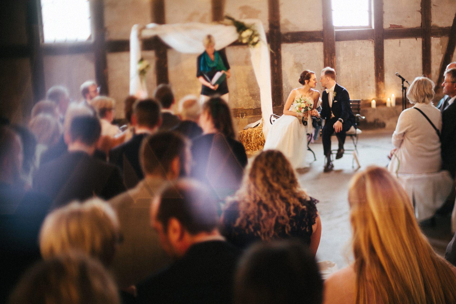 Ein Brautpaar während der Zeremonie
