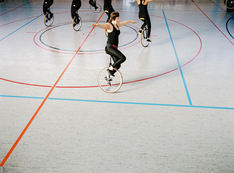 Kunstradfahrer in einer Turnhalle
