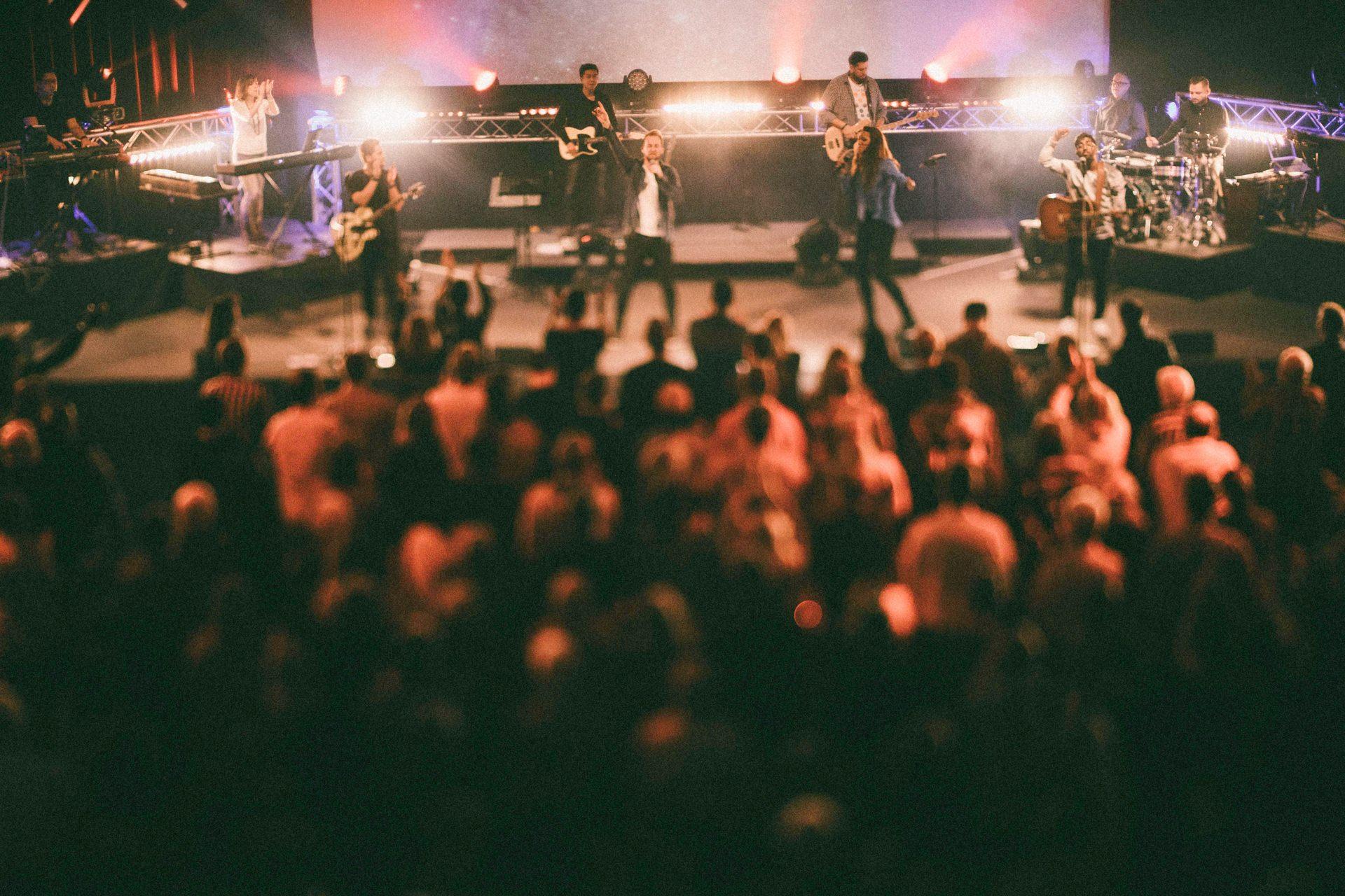 Eine Liveband auf der Bühne mit Publikum davor