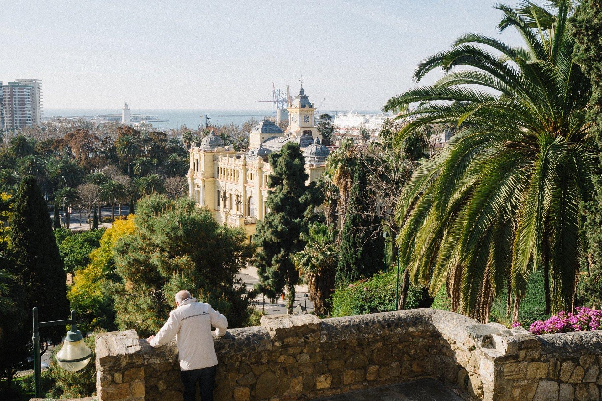 Ein Mensch betrachtet die Aussicht auf eine Stadt an der Küste